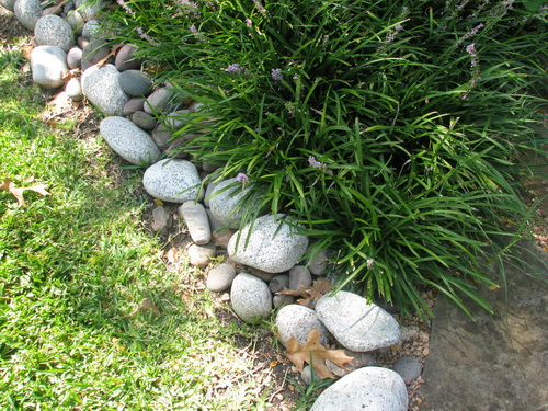 River-rock-garden-edging-ideas-photo-7