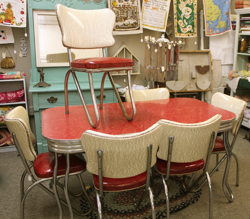 Red retro kitchen table chairs when red become a for Classic dining tables and chairs