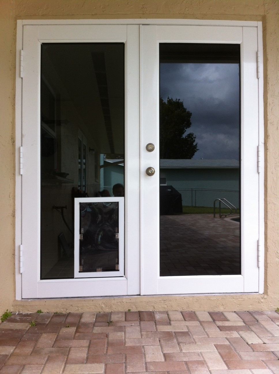 Sliding glass doors with dog door built in petsafe for Exterior door with built in pet door