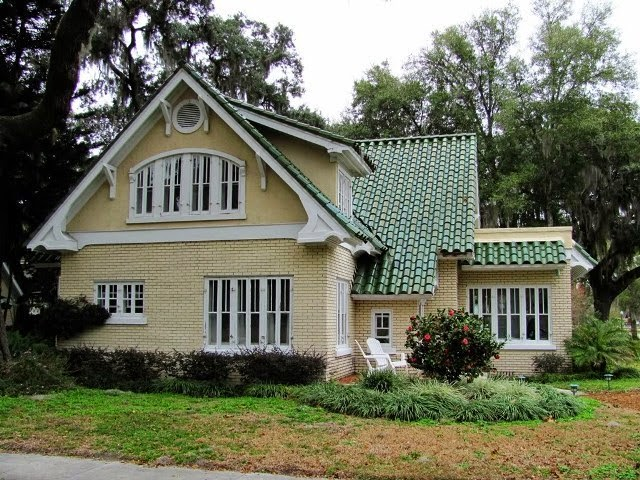 exterior paint colors with green roof photo - 6
