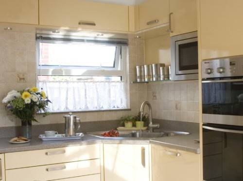 l shaped kitchen with corner sink photo - 1
