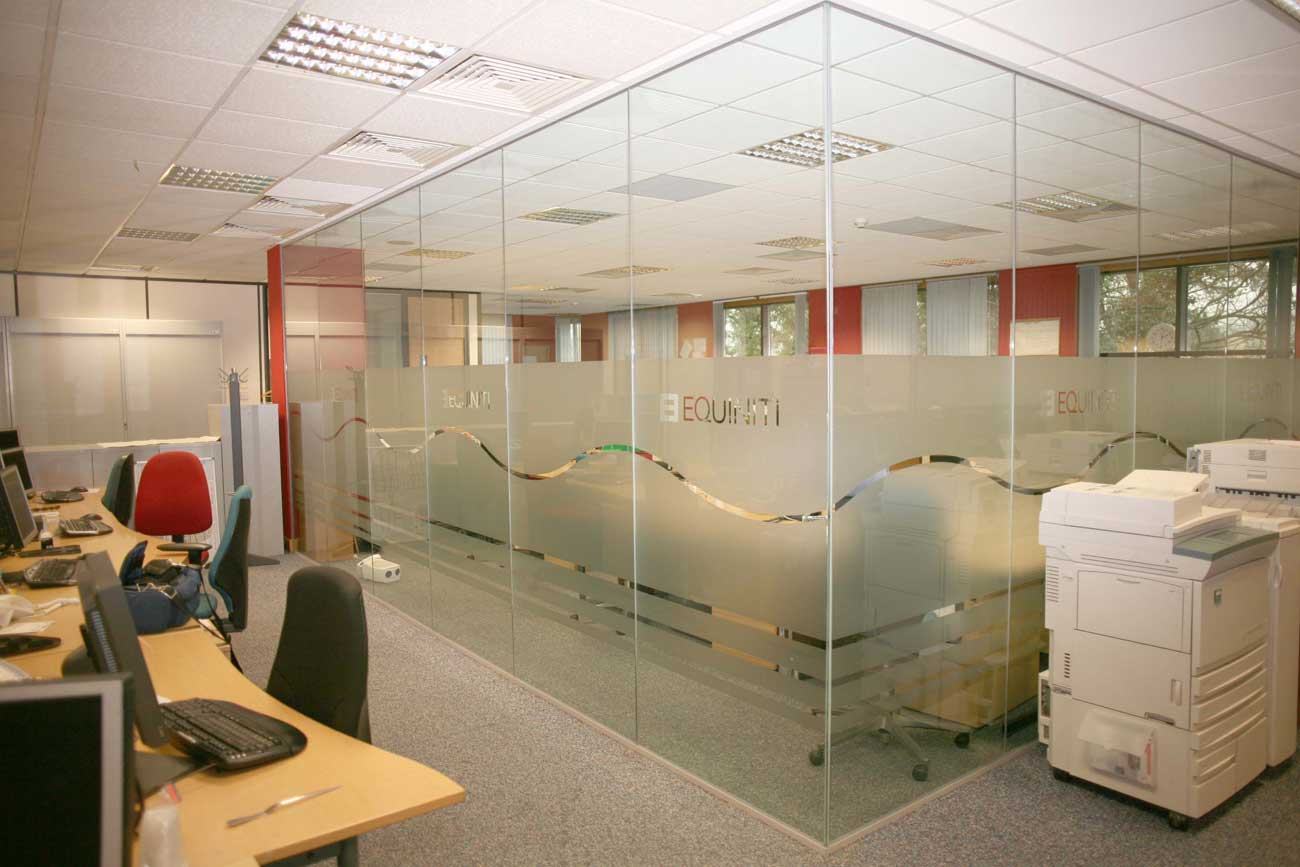 offices with glass walls photo - 2