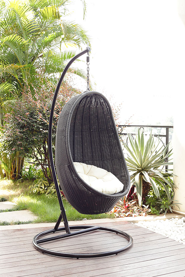 Outdoor wicker egg chair bring an attractive and beautiful resting view at