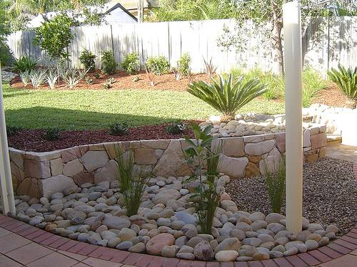 river rock garden edging ideas photo - 2