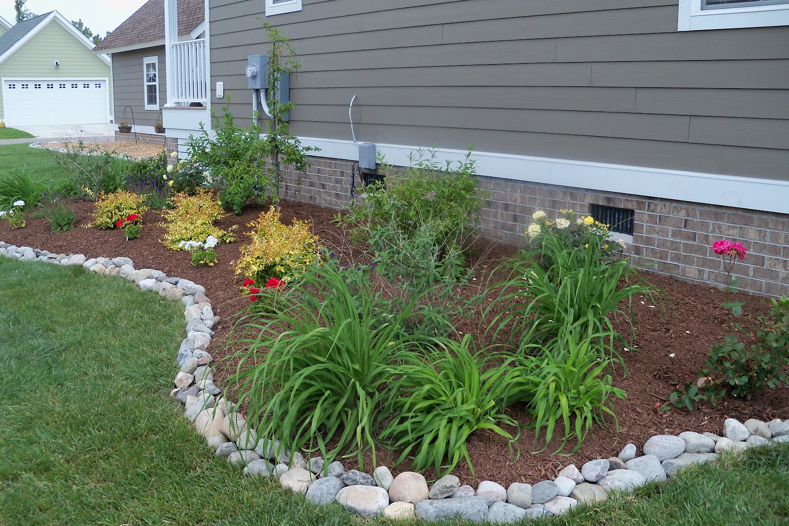 river rock garden edging ideas photo - 5