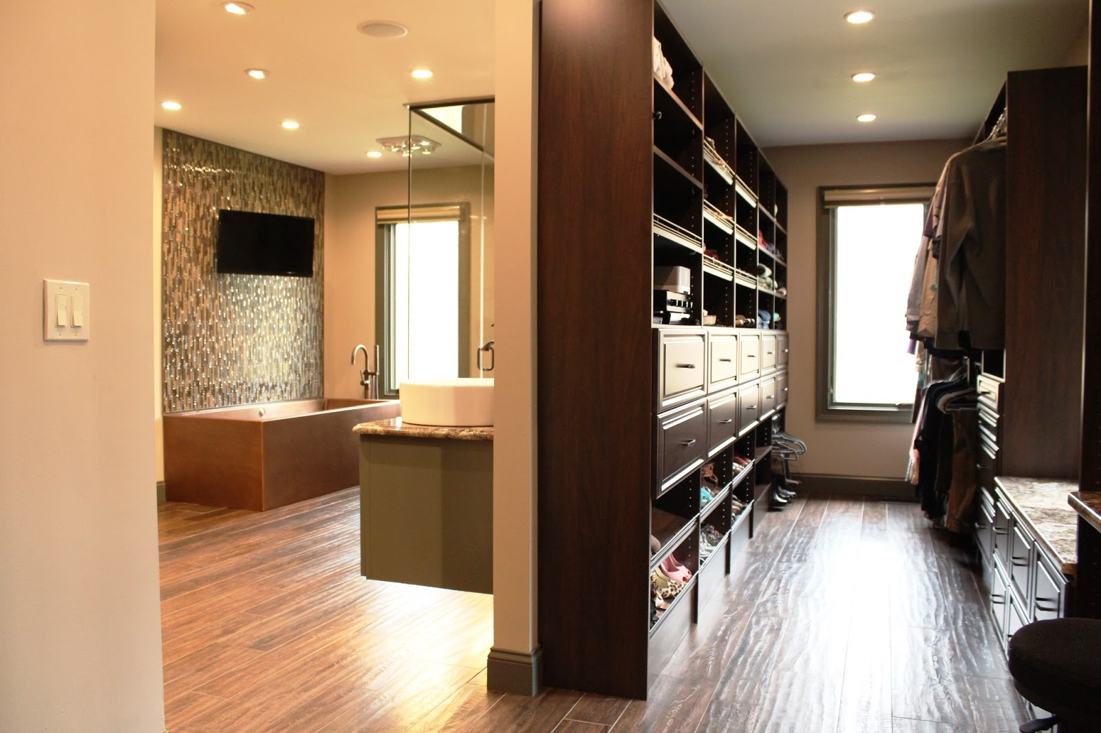 Walk in closet and bathroom ideas 15 ways to make your walk in closet and bathroom convenient for Bedroom walk in closet designs